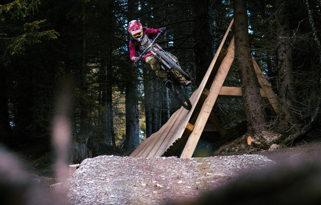 vélo de descente sur une rampe